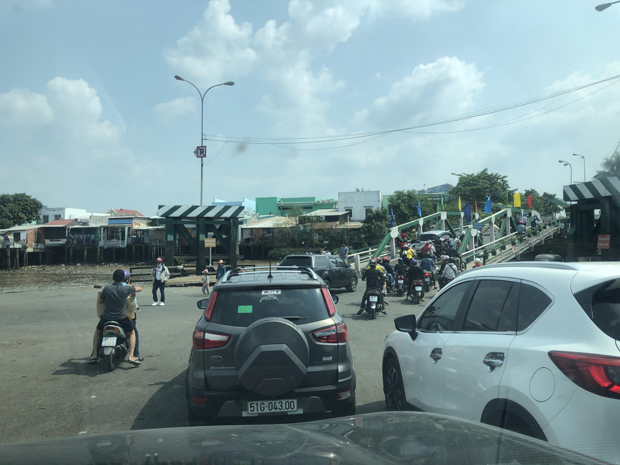 Nhiều du khách lựa chọn Cần Giờ là địa điểm du xuân. Tại phà Bình Khánh phương tiện di chuyển từ TPHCM ra huyện đảo Cần Giờ