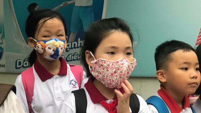 Học sinh đeo khẩu trang khi đi học vì phụ huynh lo lắng dịch bệnh