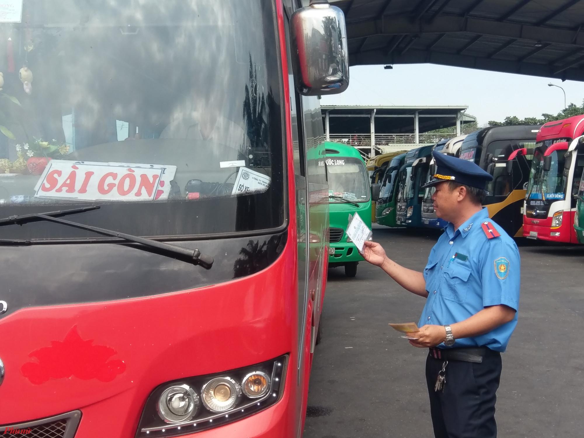 Lực lượng chức năng kiểm tra phương tiện vận tải hành khách trong dịp Tết.