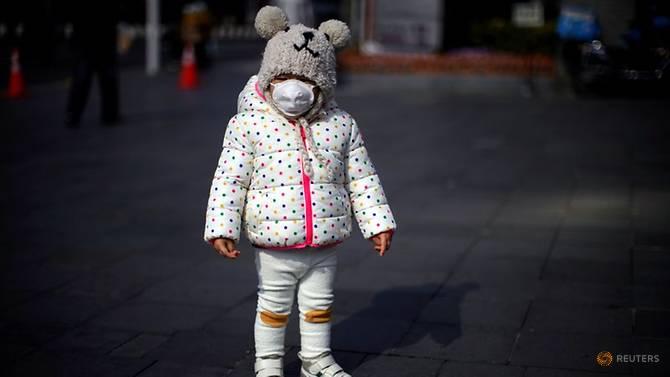 Một bé gái đeo khẩu trang trên đường phố Thượng Hải hôm 29/1.