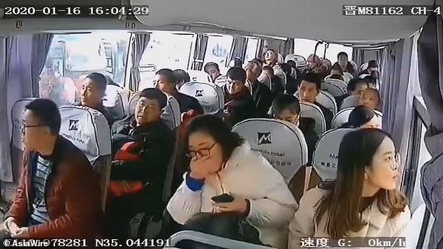 Cảnh quay trên xe buýt ngày 16/1 tại Sơn Tây, nhà chức trách cho biết một trong các hành khách đã được chẩn đoán nhiễm bệnh và họ đang truy tìm những người còn lại.