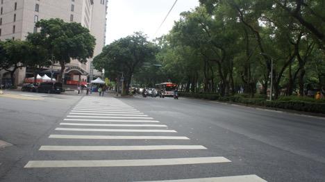Người Đài Loan đợi đèn tín hiệu sang đường trên đường Zhongxihao, sáng Mùng 1 Tết Canh Tý