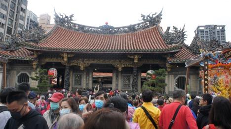 Hai luồng người vào – ra trước chùa Long Sơn trên phố Quảng Châu, Đài Bắc