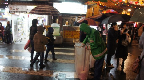 """Người đàn ông """"canh chừng"""" hai thùng rác được đặt trước chợ đêm Nhiễu Hà"""