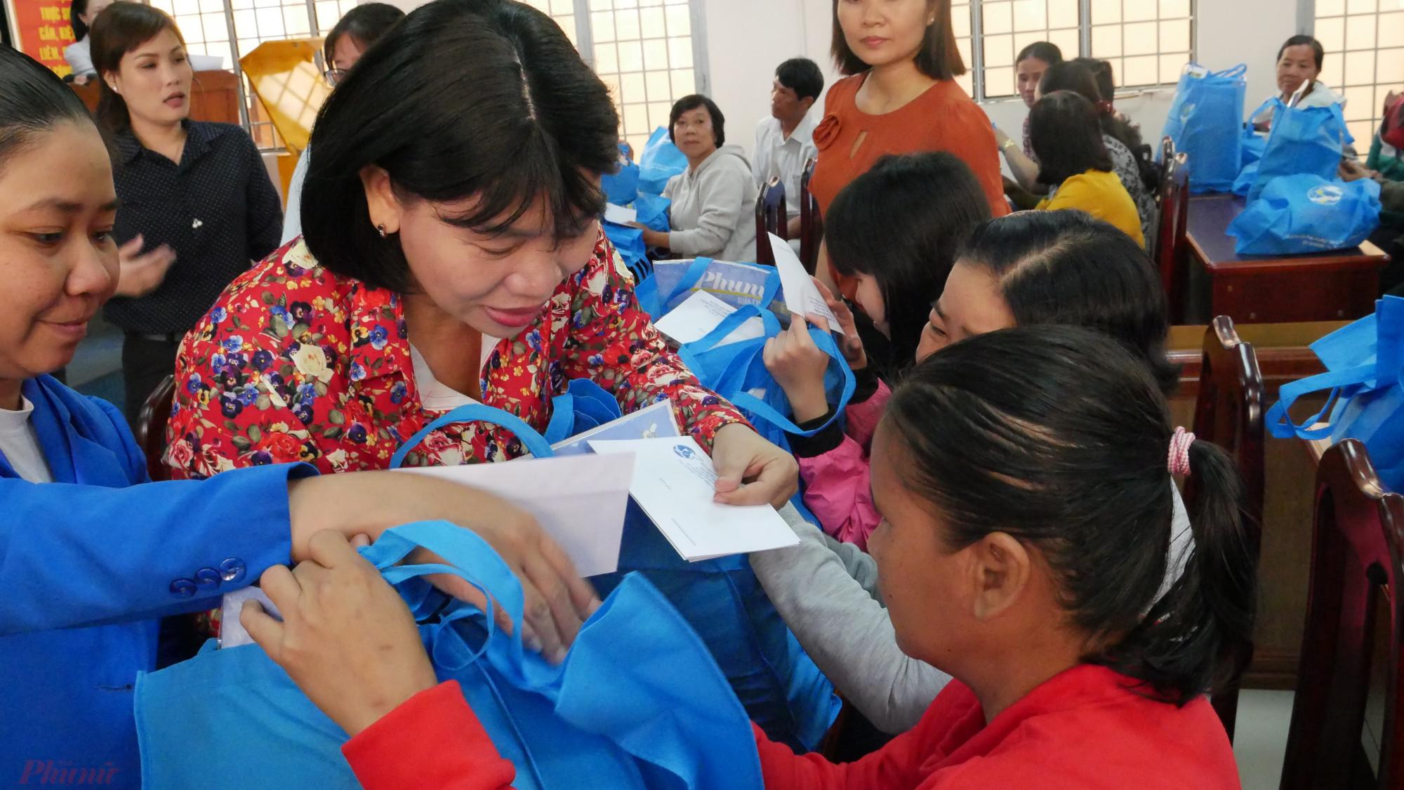 Hội LHPN THCM tặng quà tết cho hội viên phụ nữ khó khăn.