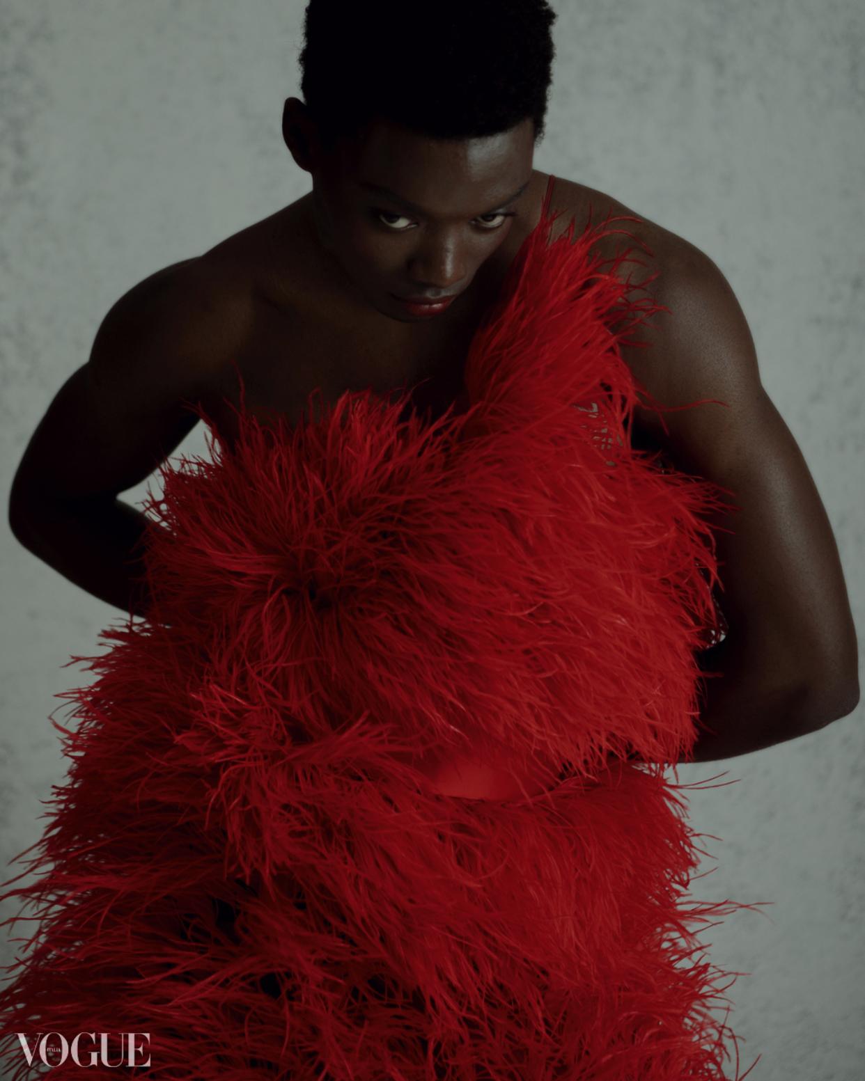 """Đây không phải lần đầu tiên NTK Trần Hùng có thiết kế lên tạp chí Vogue nổi tiếng thế giới. Trước đó, trong tuần lễ Paris Fashion Week Xuân Hè 2018, """"nàng thơ"""" Thùy Trang cùng các thiết kế trong BST """"The lovers"""" của anh lần đầu tiên được lên trang web của Vogue Ý."""