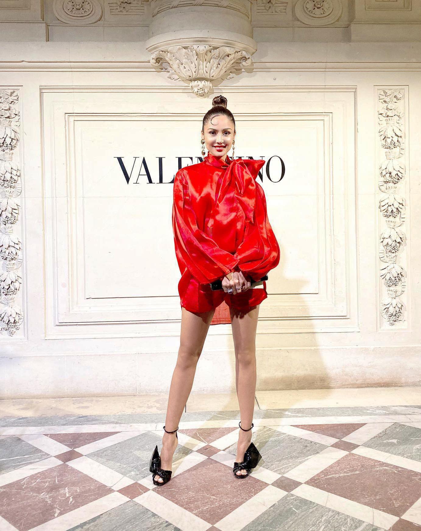 Xuất hiện trong show diễn thời trang Valentino Haute Couture SS20 tại Paris, nữ diễn viên Patricia Contreras nổi bật với bộ cánh đỏ đẹp mắt của NTK Trần Hùng nằm trong bộ sưu tập Xuân Hè 2020 mới nhất của anh.