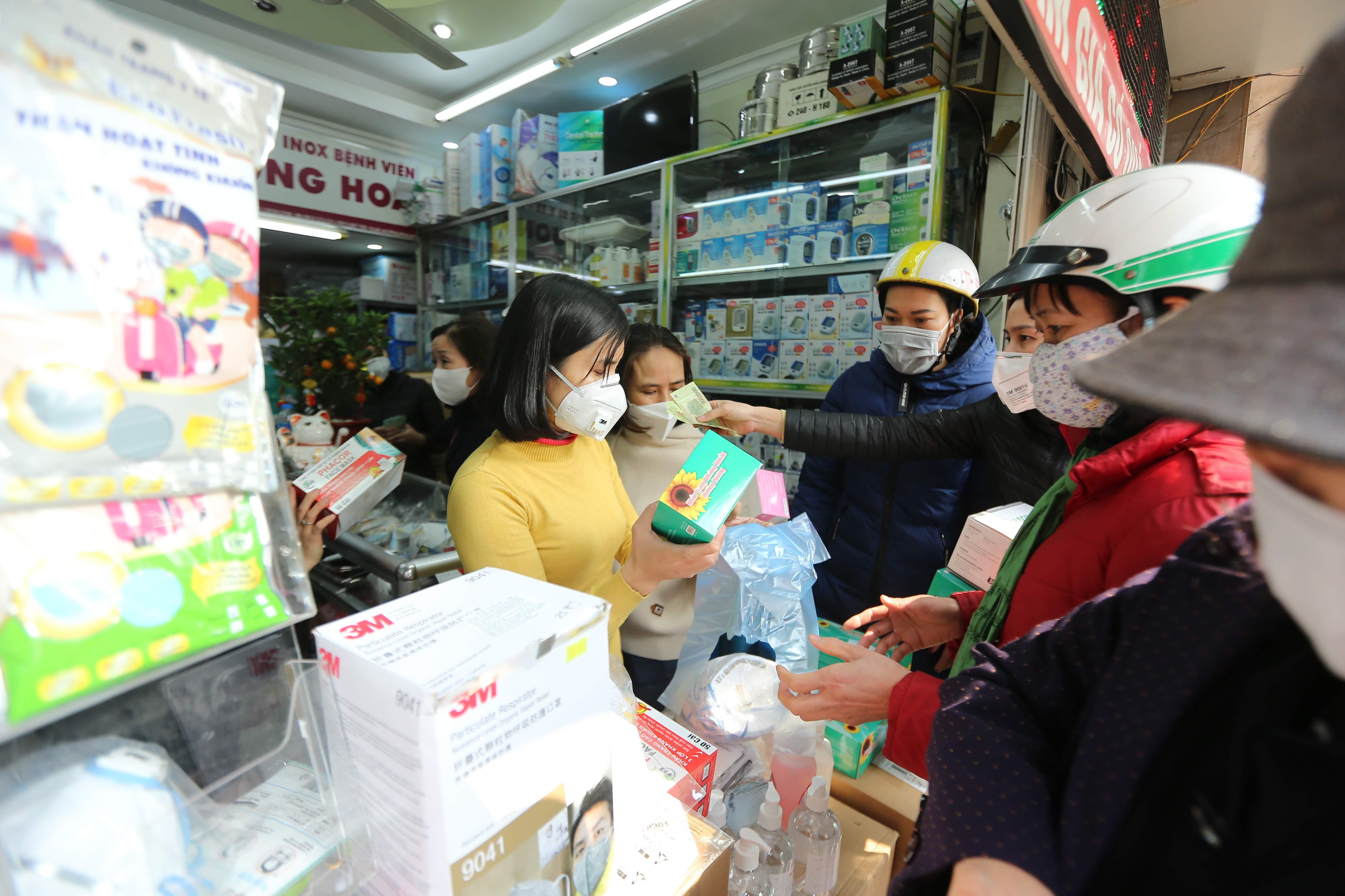 Cảnh chen lấn mua khẩu trang diễn ra tại nhiều nơi trong ngày hôm nay, không chỉ trên phố Phương Mai.