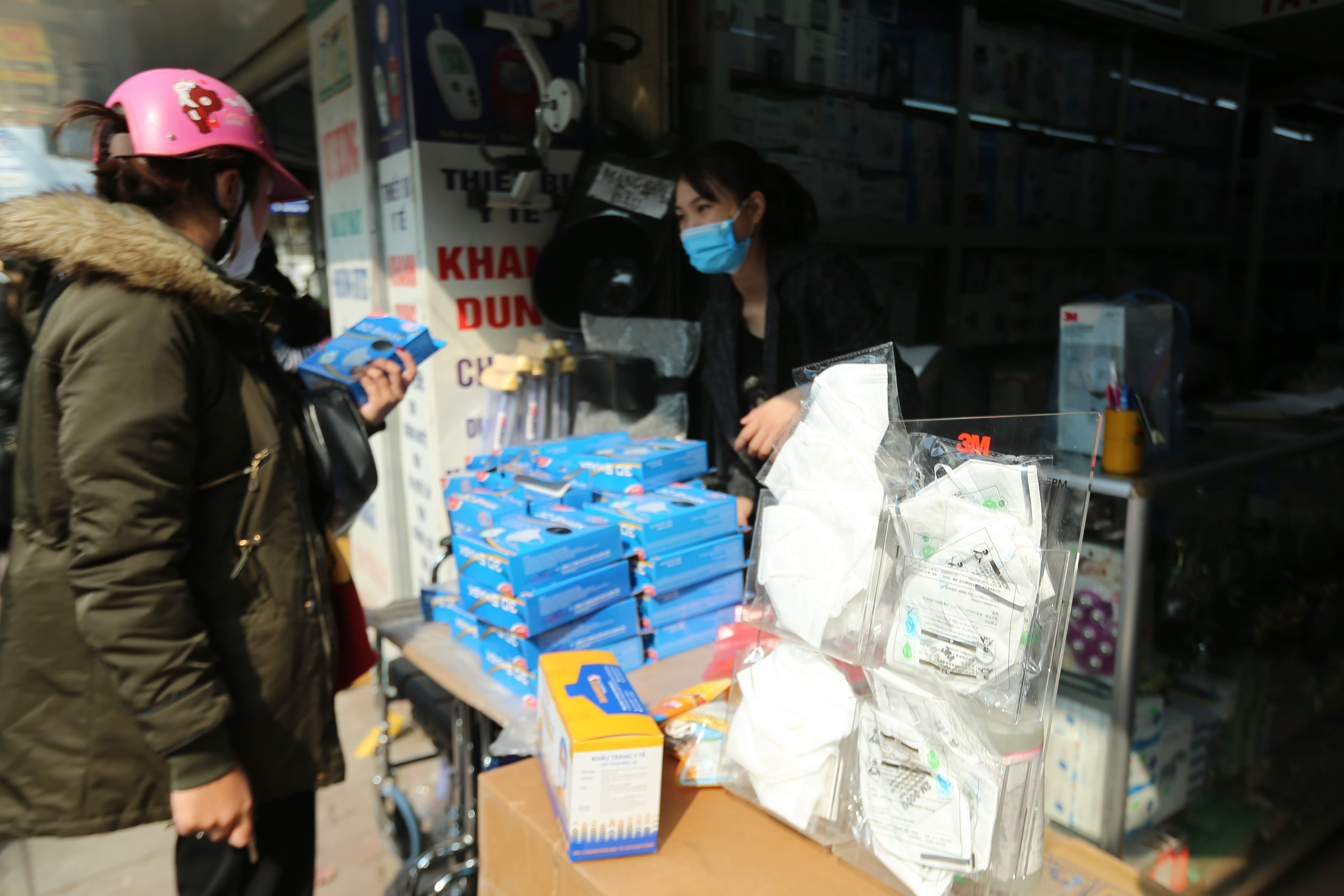 Theo như hướng dẫn của các chuyên gia y tế, người dân cũng có thể mua nhiều khẩu trang vải để giặt xoay vòng trong nhiều ngày. Tại phố Tân Mai, loại khẩu trang vải giá gần 100 ngàn/chiếc cũng được nhiều người mua.