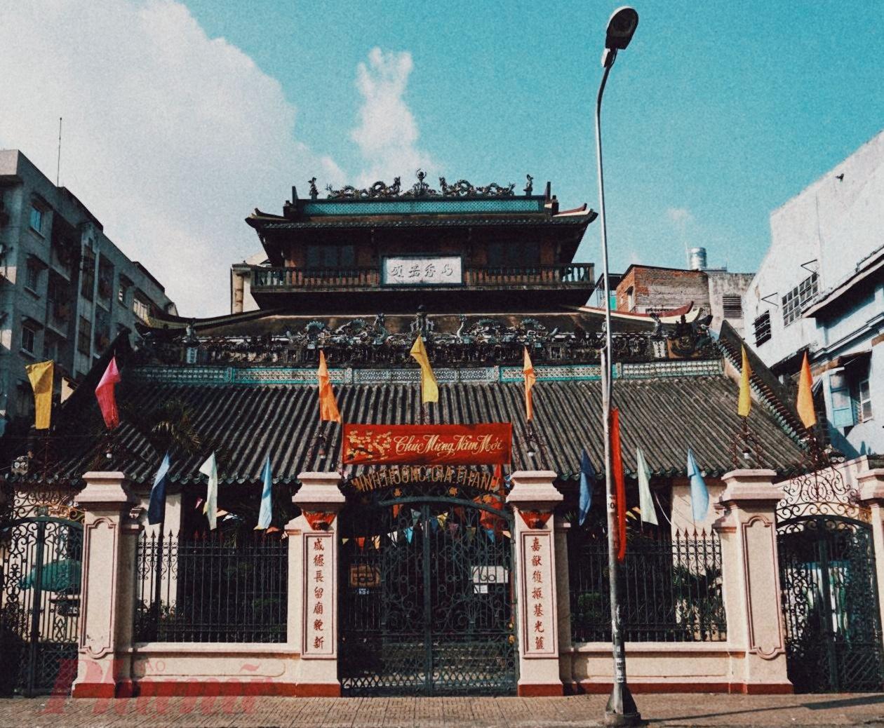 Đình được xây dựng năm 1789, là nhà việc của xã Minh Hương, một xã được thành lập vào năm 1698, tập hợp con cháu người Hoa ở dinh Phiên Trấn. Năm 1808, vua Gia Long ban cho tên