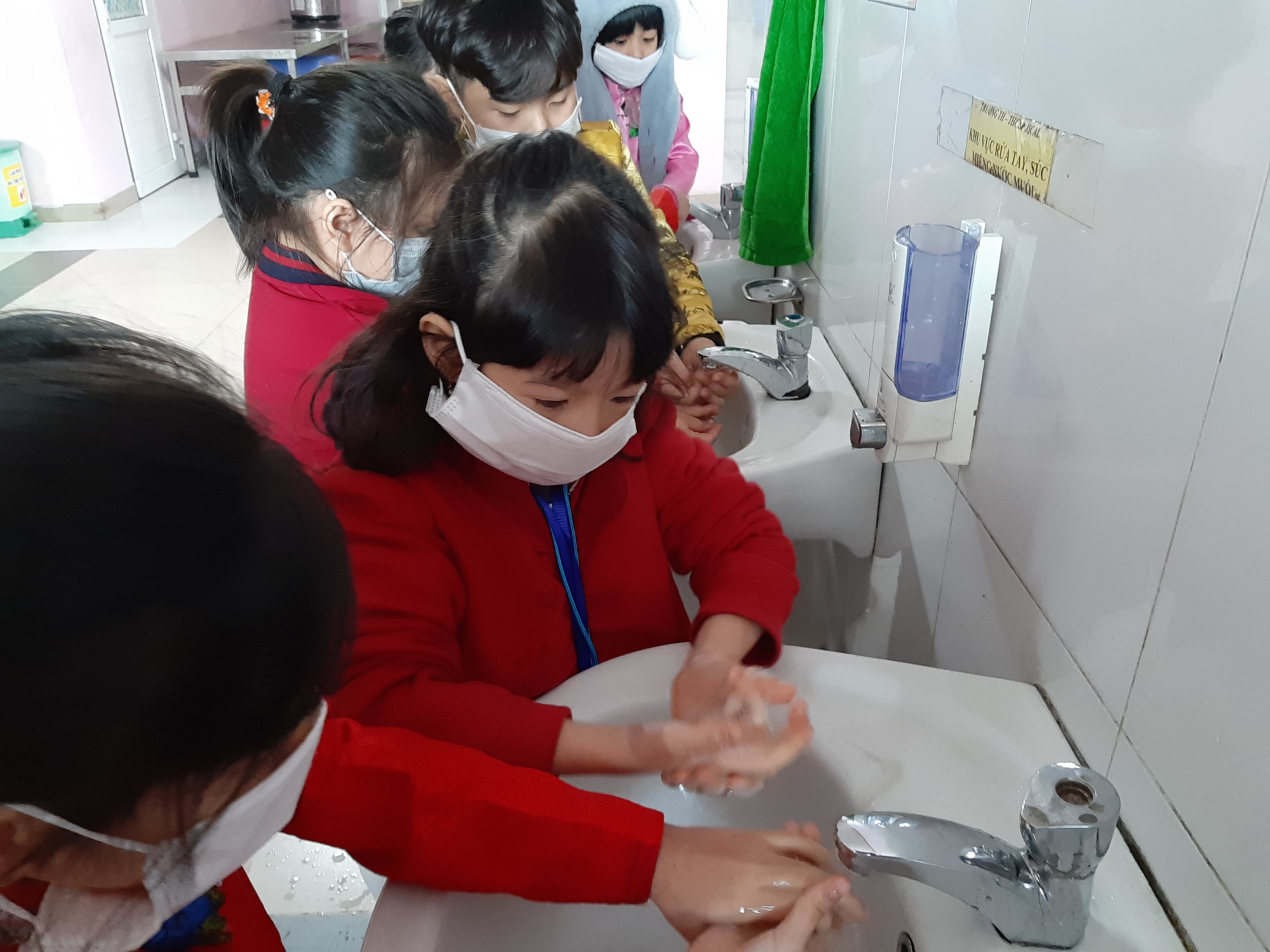 Học sinh lớp Một Trường Pascal rửa tay