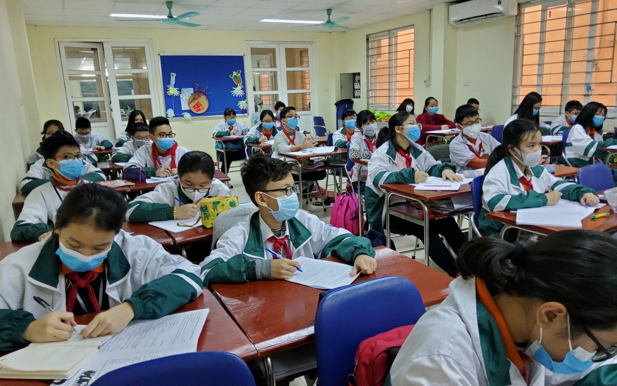 Học sinh đeo khẩu trang trong lớp