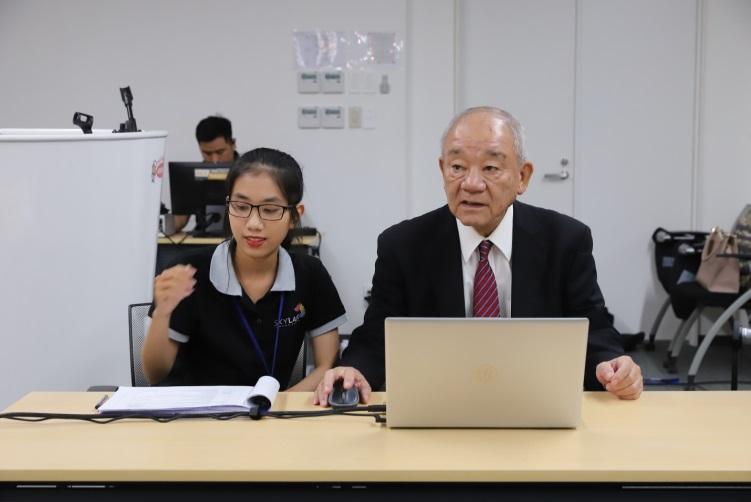 Ông Kajiwara Junichi - Tổng giám đốc Công ty CP Acecook Việt Nam tiến hành quay số để tìm ra chủ nhân may mắn của các giải nhất