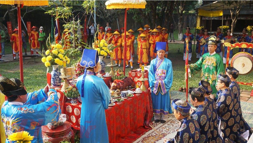 Mô phỏng theo nghi thức thời xưa, lễ Hạ nêu bao gồm các phần như cúng nêu, nhạc lễ (đại nhạc, tiểu nhạc, đánh chuông trống) và tiến hành hạ cây nêu