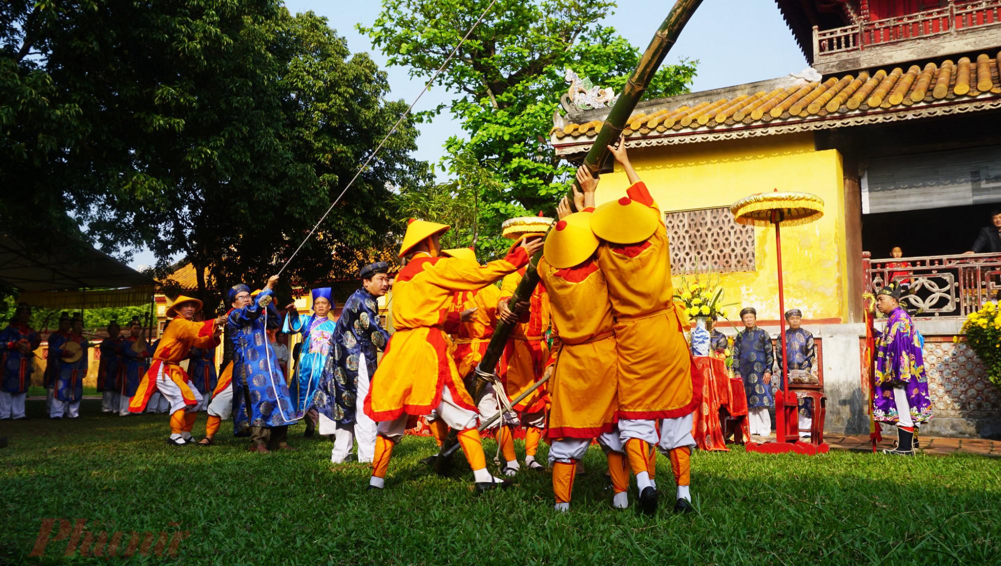 Lễ Hạ Nêu, khai ấn tại Hoàng cung triều Nguyễn thời xưa được thực hiện để đánh dấu kỳ nghỉ tết đã kết thúc, chuẩn bị bước vào một năm làm việc mới