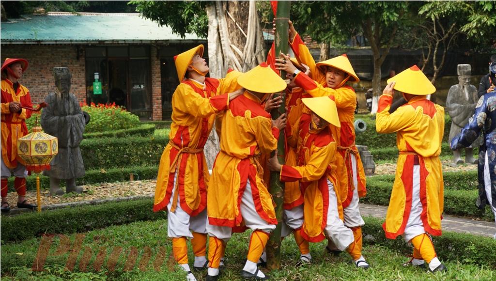 Cây nêu ở sân trước Thế Miếu và Triệu Miếu được hạ trước rồi sau đó là đến cây nêu ở điện Long An.