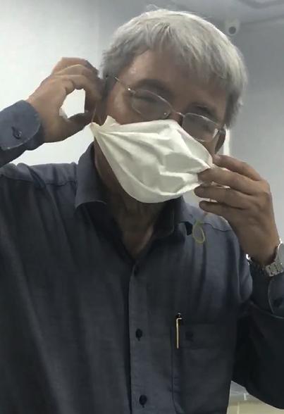 Như vậy, chỉ cần 2 bước đơn giản, bác sĩ Hùng đã hoàn thành chiếc khẩu trang y tế tiện lợi cho mình.