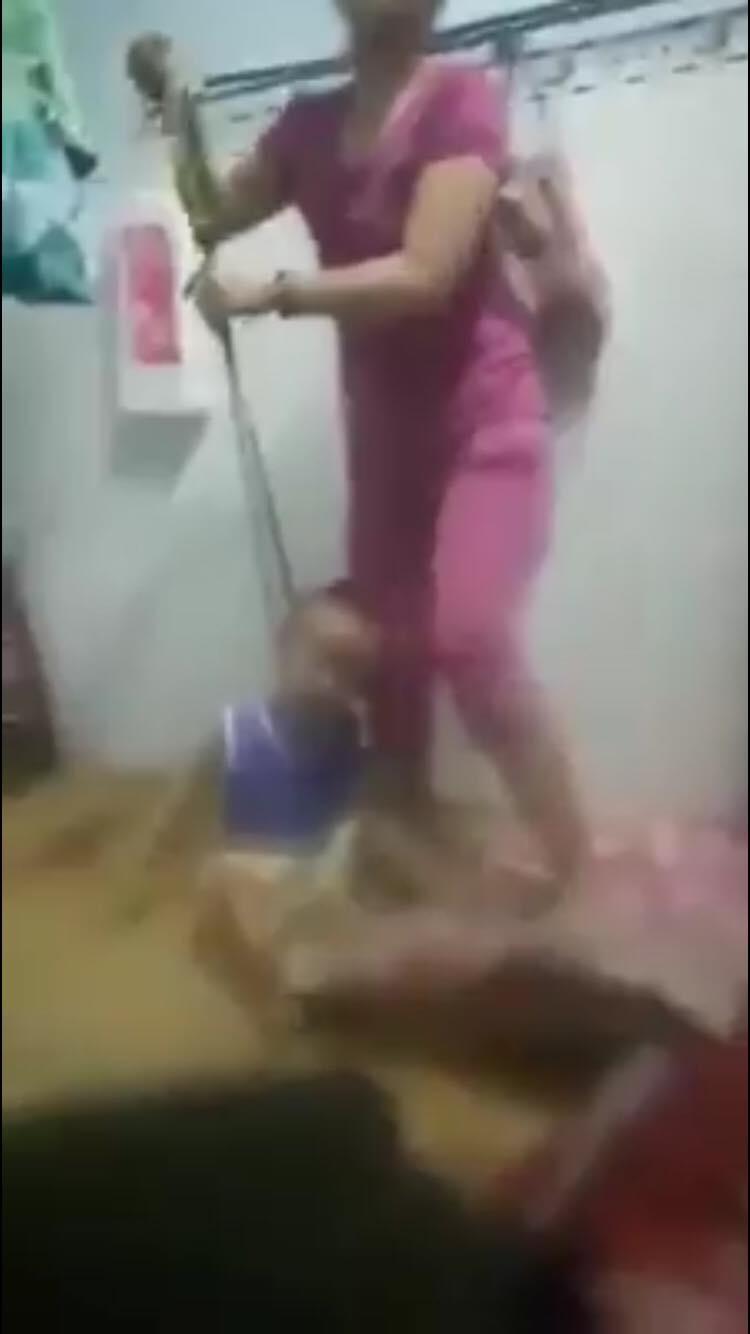 Mẹ buộc dây vào cổ, đánh đập con dã man.Ảnh cắt từ clip