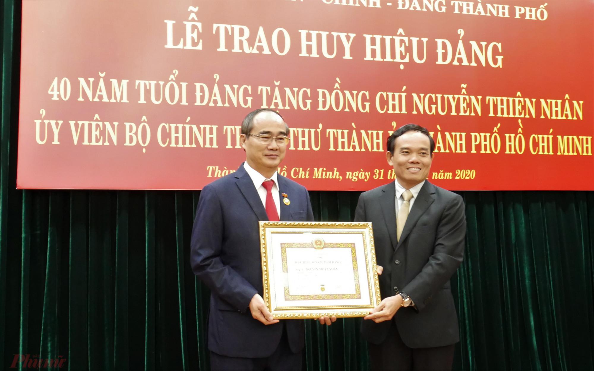 Phó bí thư Thường trực Thành ủy TPHCM Trần Lưu Quang trao huy hiệu 40 năm tuổi Đảng cho Bí thư Thành ủy TPHCM Nguyễn Thiện Nhân