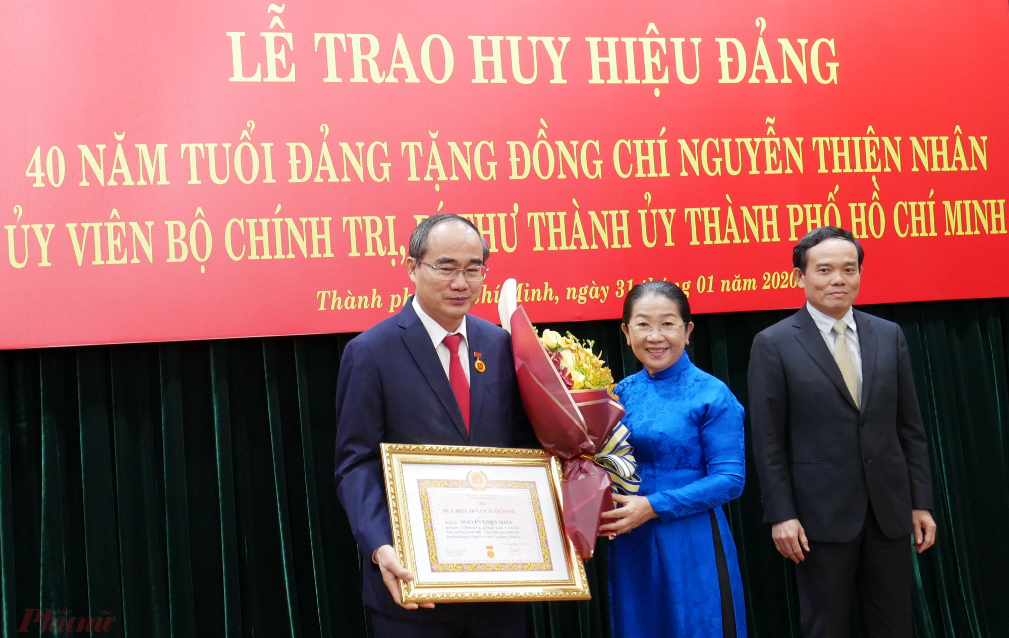 Phó Bí thư Thành ủy Võ Thị Dung tặng hoa chúc mừng.