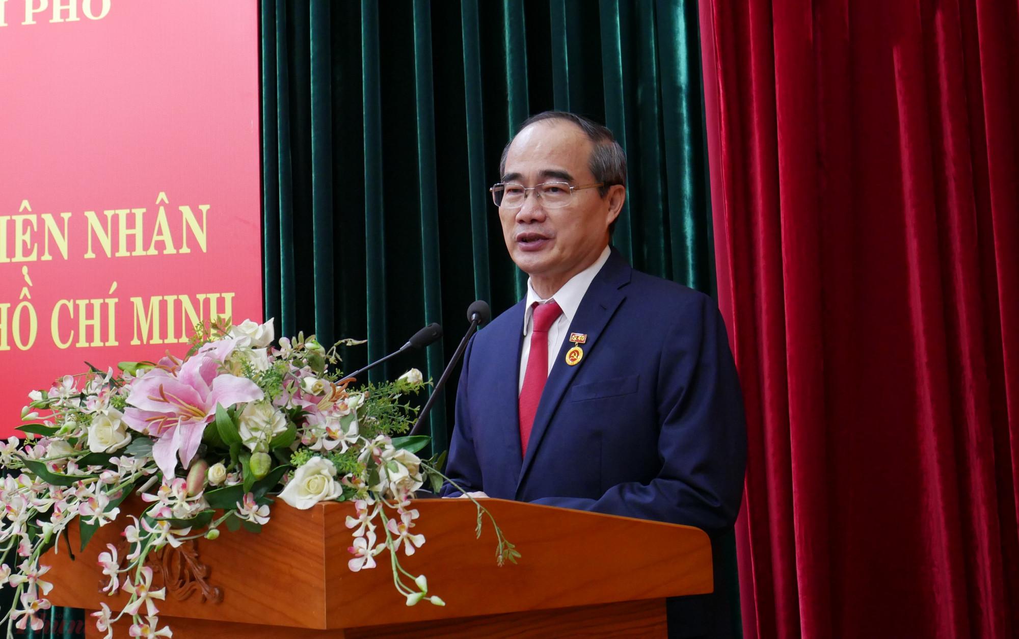 Nhận huy chương 40 năm tuổi Đảng, Bí thư Thành ủy Nguyễn Thiện Nhân xúc động: tôi chịu ơn Thành phố đã cưu mang và cho phép tôi được làm việc