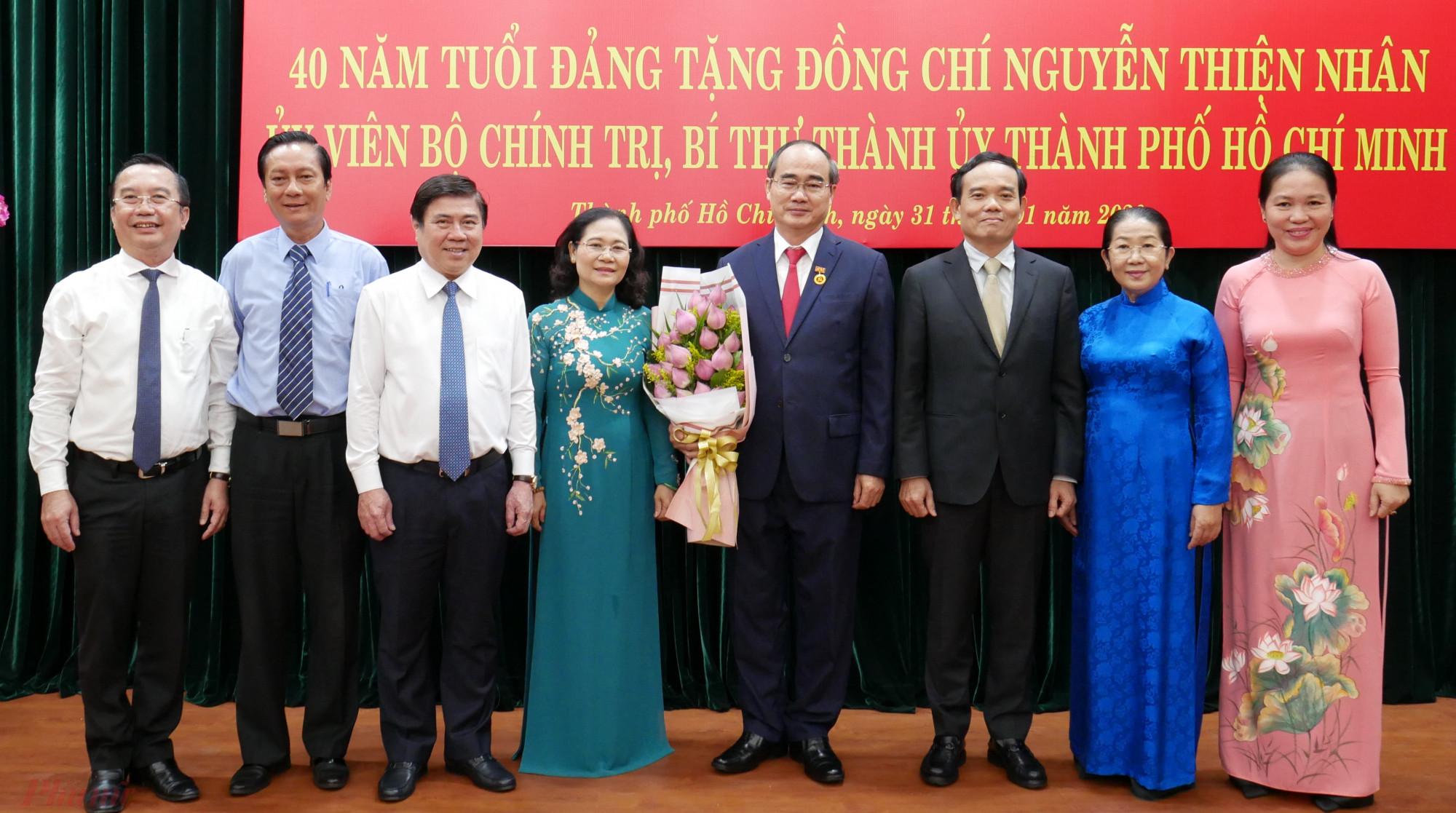 Các đồng chí lãnh đạo chúc mừng Bí thư Thành ủy nhận huy hiệu 40 năm tuổi Đảng.