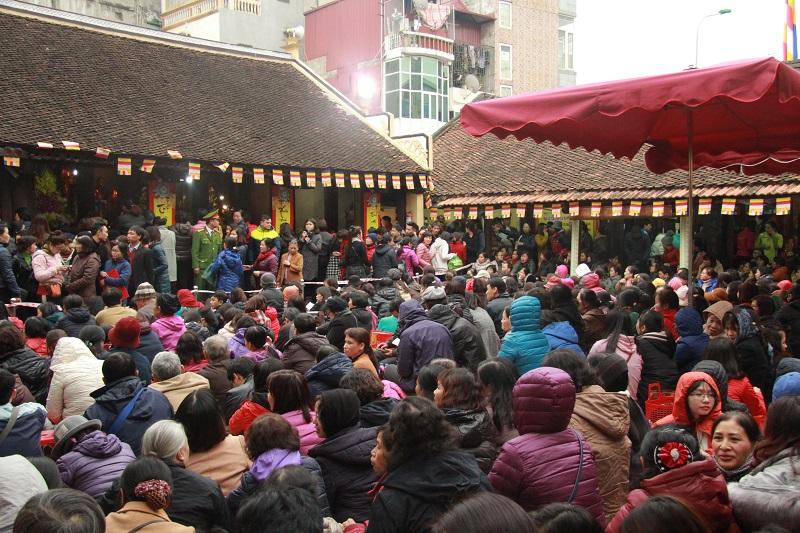 Nhiều người chen chúc đi chùa cầu may mà không hiểu rõ về Phật pháp. Ảnh minh hoạ