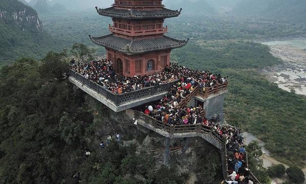 Cảnh biển người chen lấn, mất an toàn mùa dịch corona ở Tam Chúc ( Ba Sao, Kim Bảng, Hà Nam) những ngày đầu năm. Ảnh: VNExpress