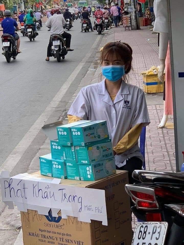 Sinh viên ngành Y Dược trường ĐH Nguyễn Tất Thành tự nguyện phát khẩu trang miễn phí cho