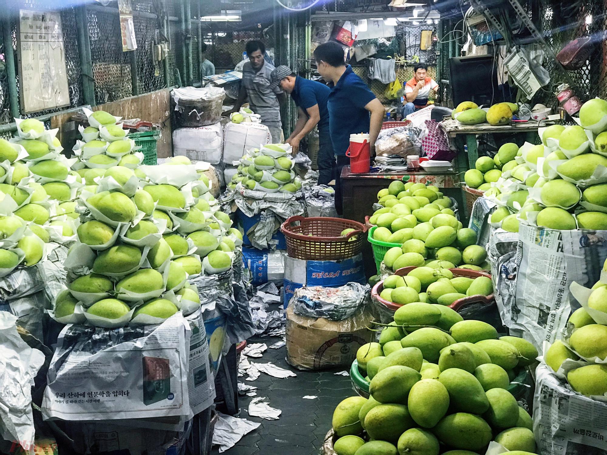 Một sạp kinh doanh xoài tại chợ đầu mối nông sản Thủ Đức. Ảnh: Quốc Thái