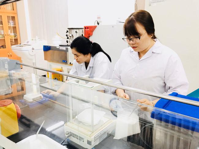 PGS Nguyễn Thị Hiệp (trái) cùng cộng sự trong phòng thí nghiệm nghiên cứu sản phẩm