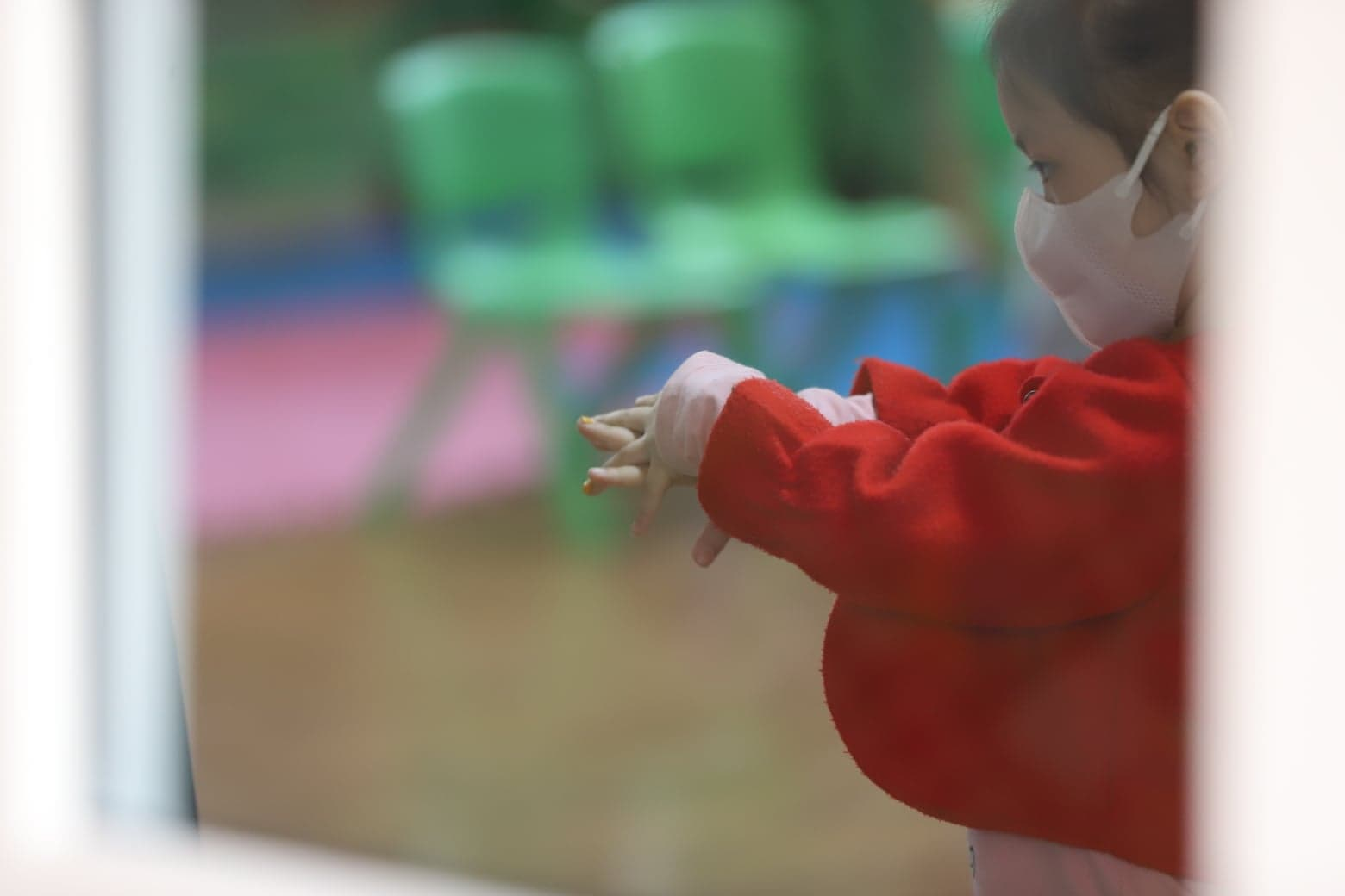Các em cũng được các cô giáo hướng dẫn cách phòng dịch bệnh như rửa tay thật kĩ sau khi ra ngoài.