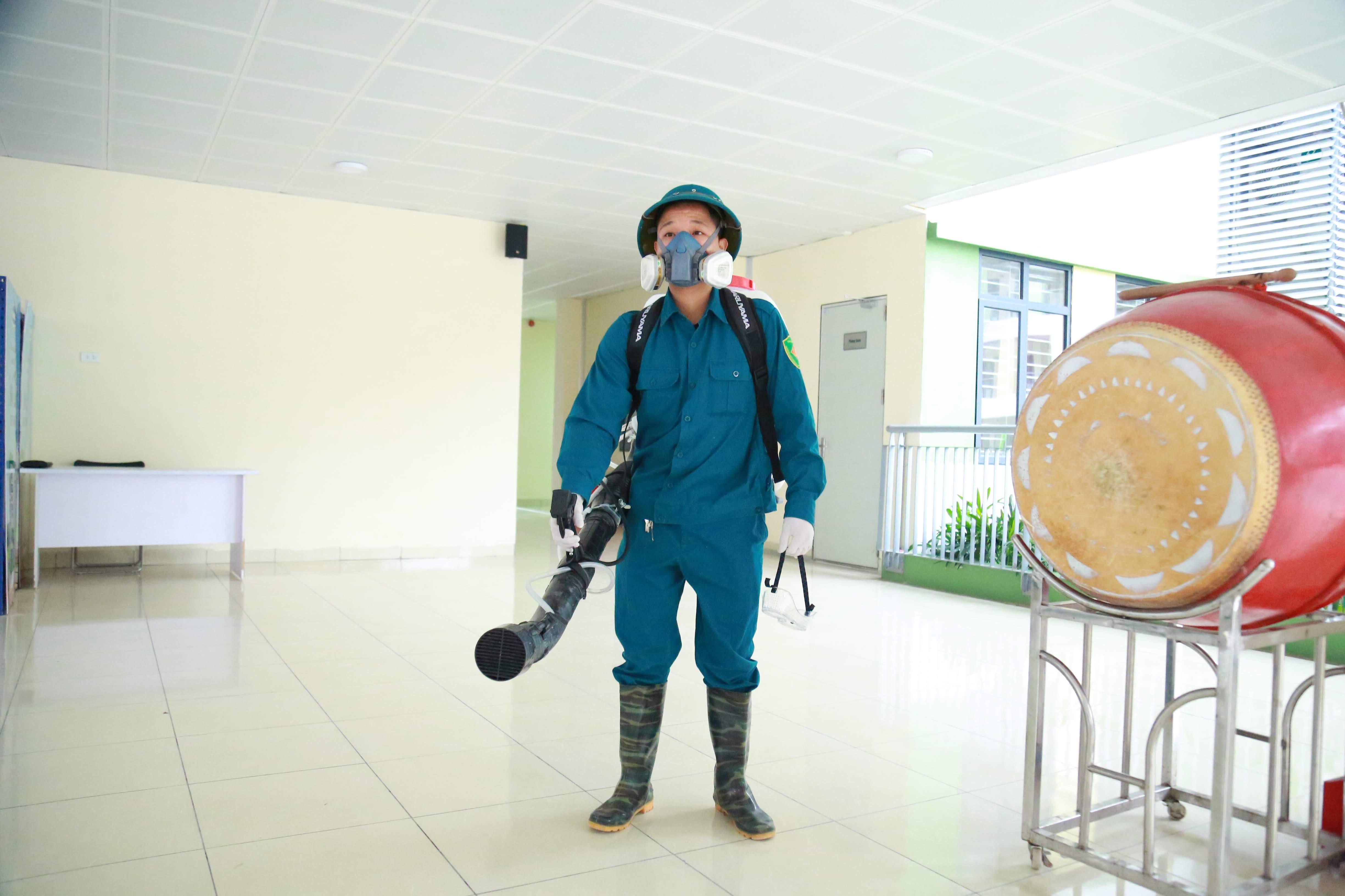 Cán bộ y tế trang bị các dụng cụ phục vụ việc phun thuốc.