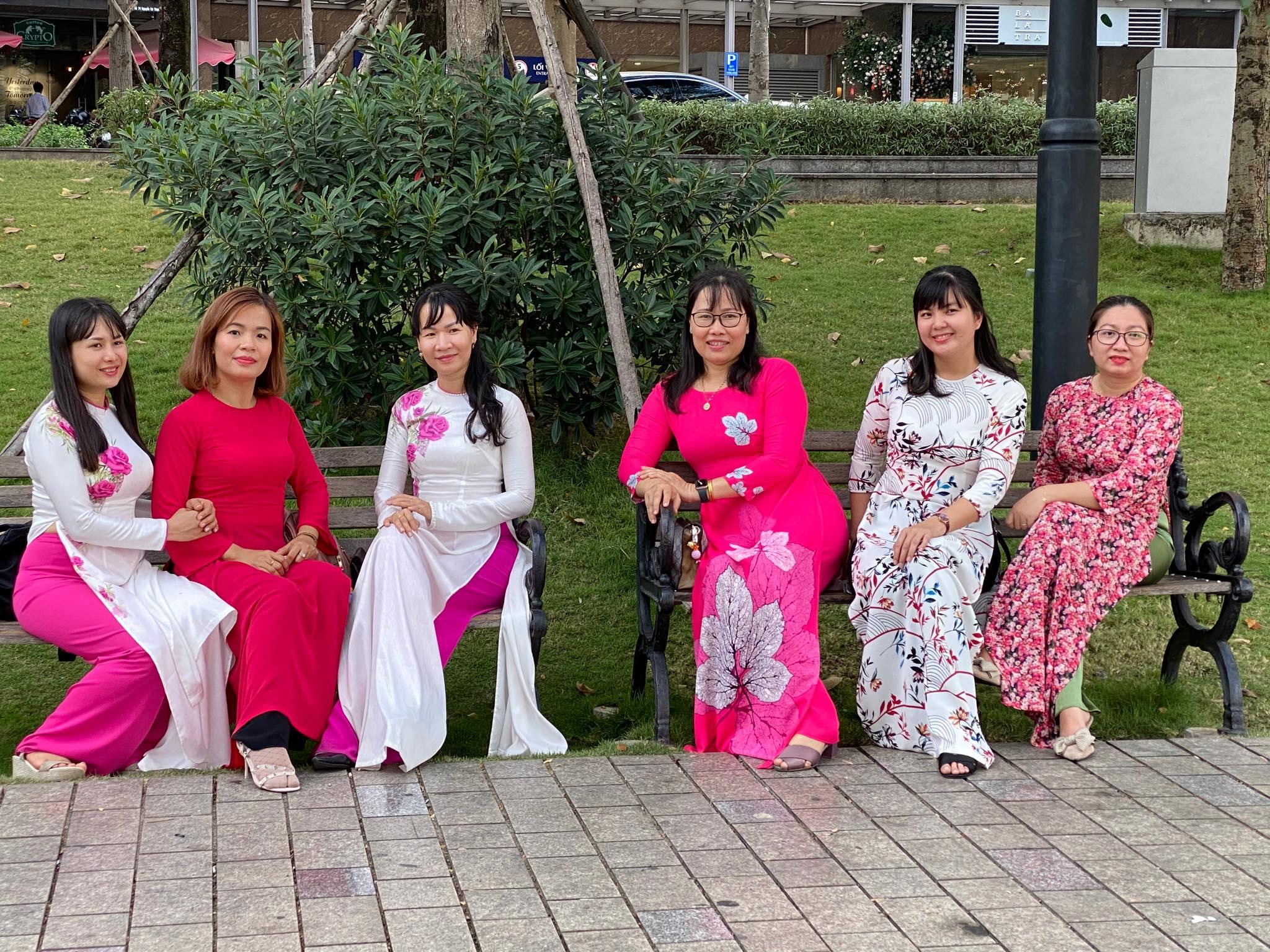 Áo dài được chị em ở quận 2 chọn làm trang phục chủ đạo khi du Xuân.