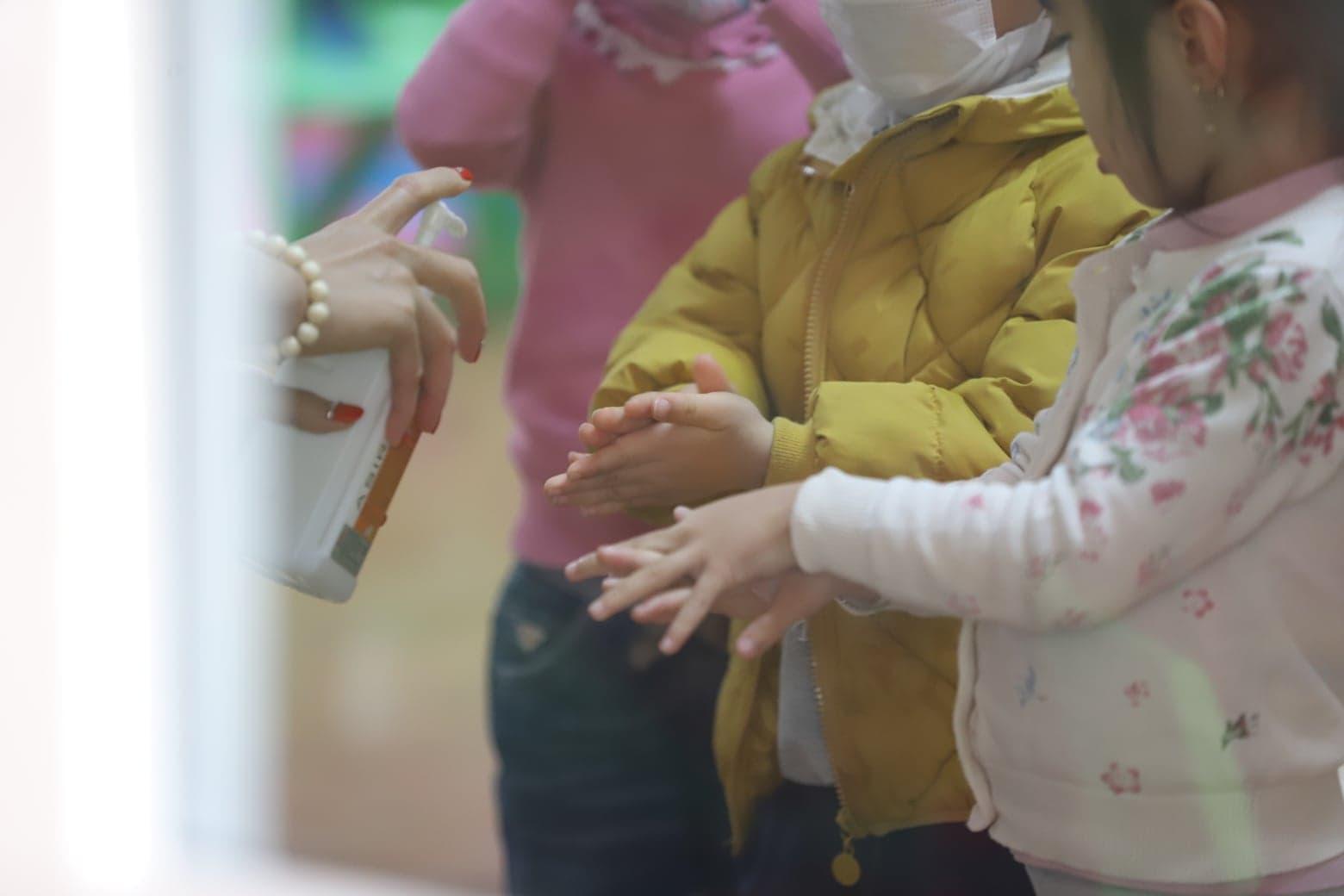 Các em nhỏ được rửa tay tại lớp với sự hướng dẫn của các cô giáo
