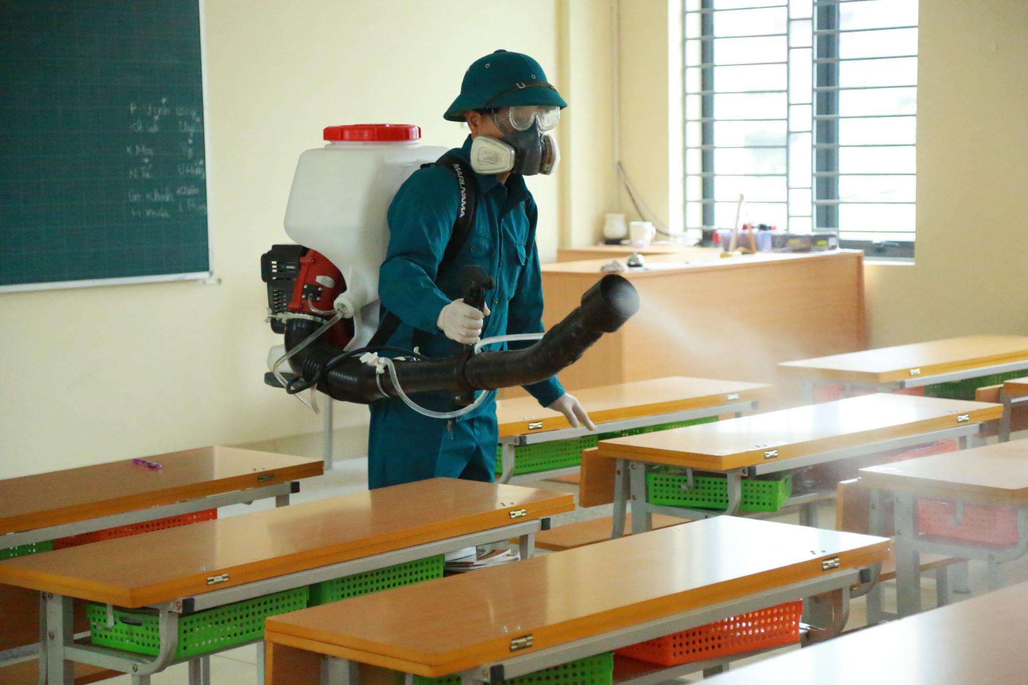 Nhiều trường học ở Hà Nội đã phun thuốc khử trùng để phòng chống dịch corona