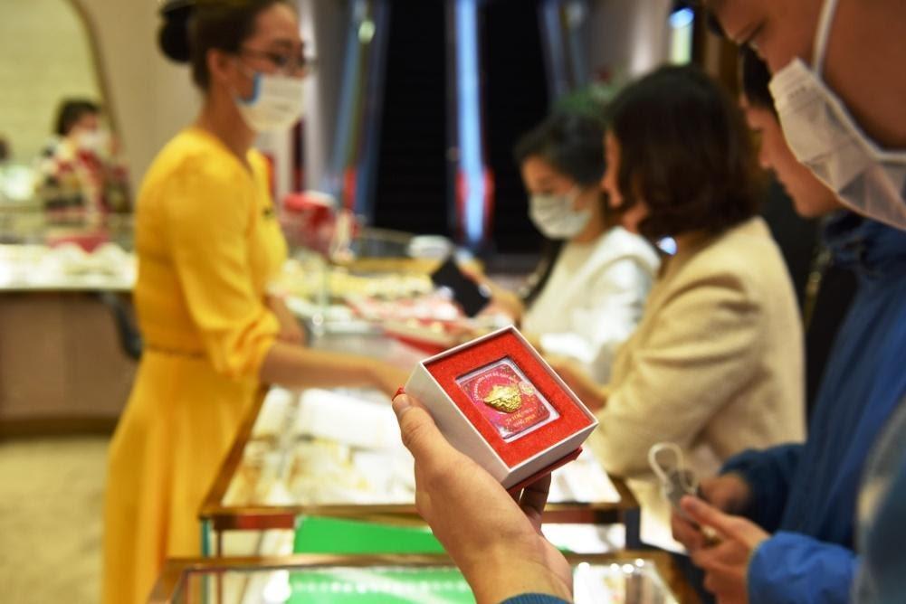 Toàn bộ nhân viên bán hàng của DOJI đều tuân thủ các quy định phòng chống dịch bệnh