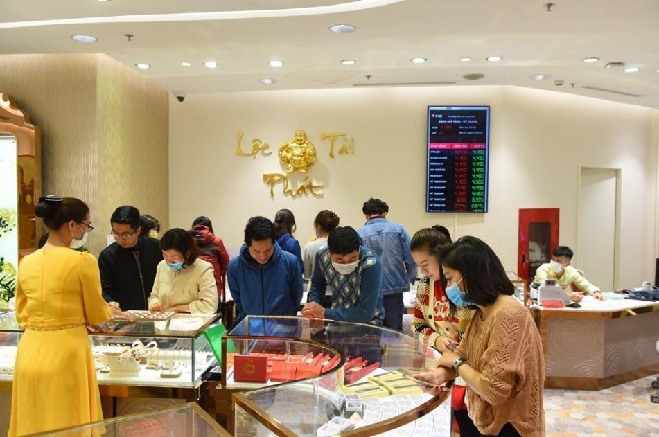 Gần đến ngày vía Thần Tài, Trung tâm Vàng bạc trang sức DOJI tại DOJI Tower số 5 Lê Duẩn - Ba Đình - Hà Nội đã tấp nập người mua. Ảnh: DOJI cung cấp