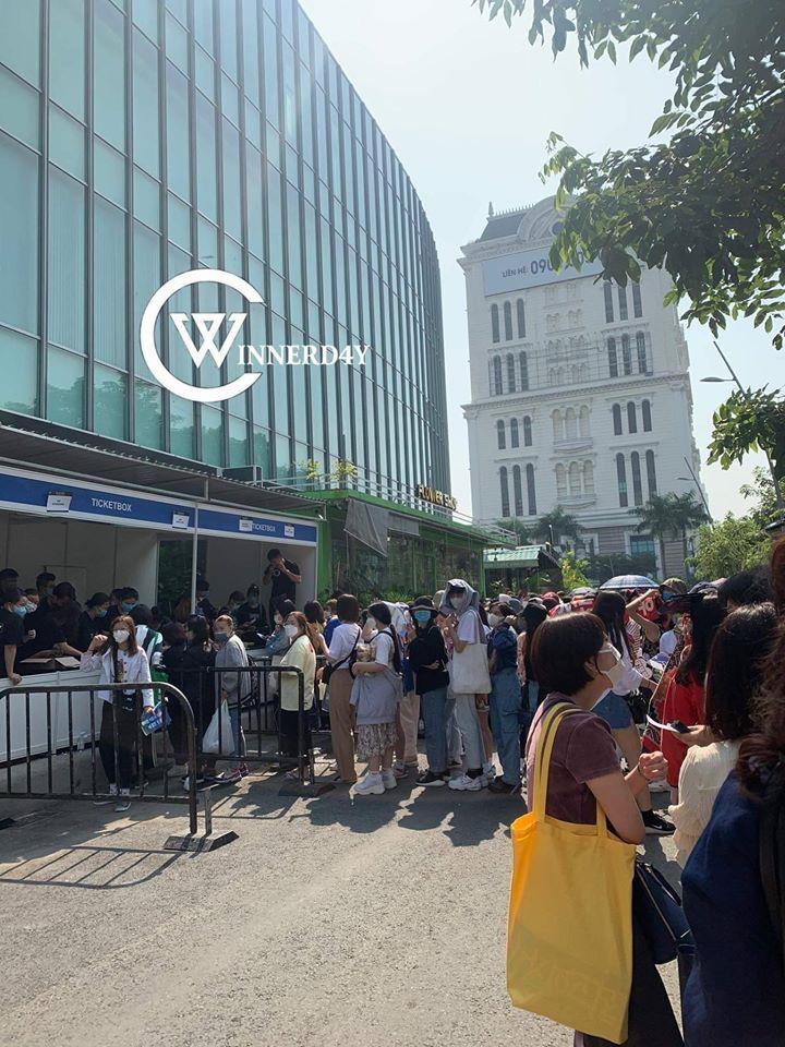 Dù 5 giờ sự kiện mới chính thức diễn ra các hoạt động bên lề thì từ hơn 10 giờ sáng, fan đã có mặt