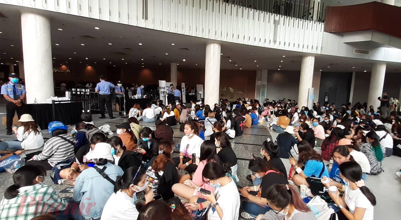 Lượng fan đổ về nơi diễn ra concert ngày càng đông