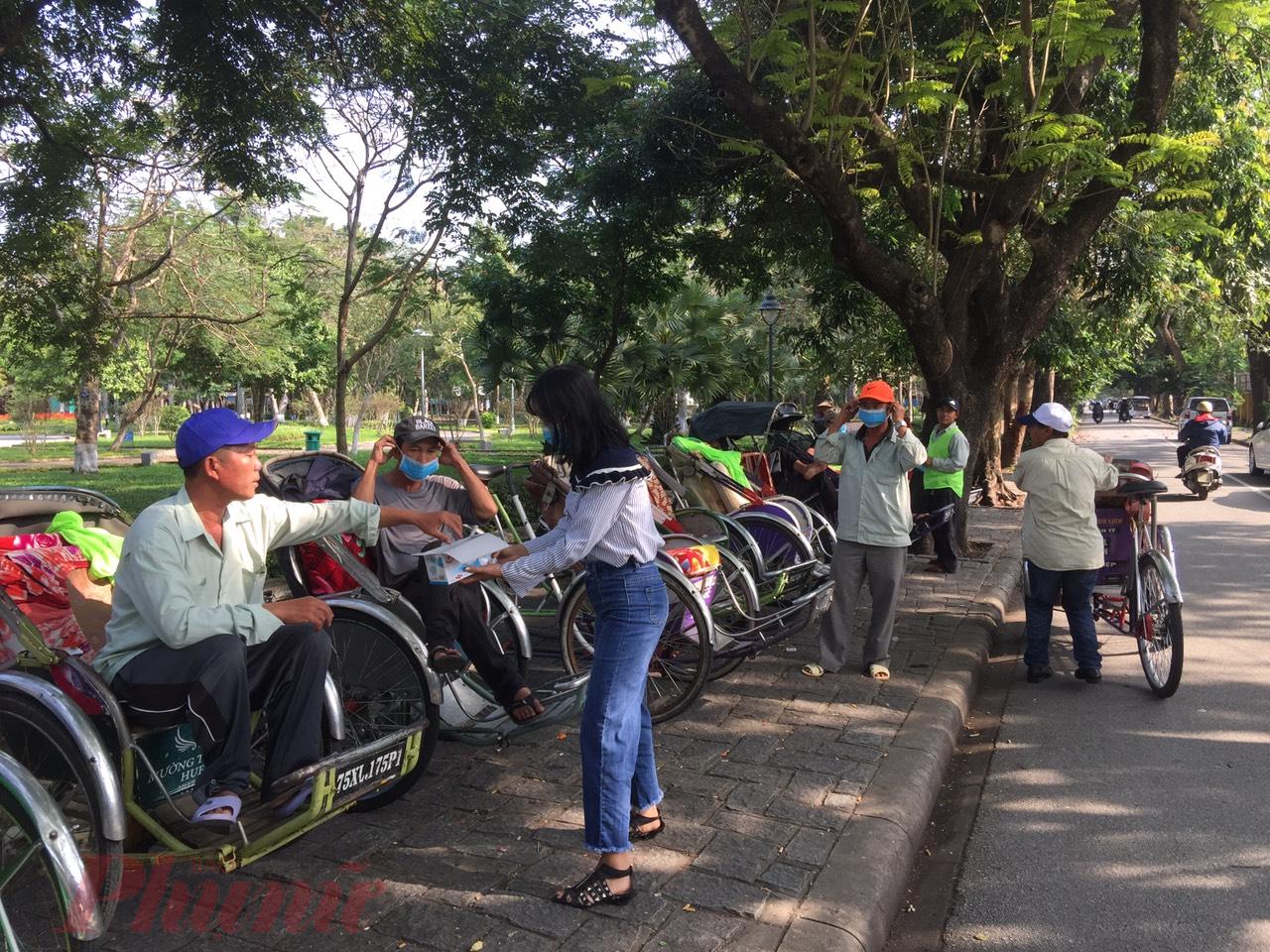 Trong ngày 1/2 chị Phạm Thị Diệu Huyền  chủ quán Mộc Truly Hue's  trên đường Đoàn Thị Điểm TP. Huế (đối diện cửa Hiển Nhơn)  đã tự nguyện cấp phát miễn phí khẩu trang y tế cho các các bác đạp xích lô, xe thồ đang hoạt động đưa đón du khách tại khu vực cạnh Đại Nội Huế