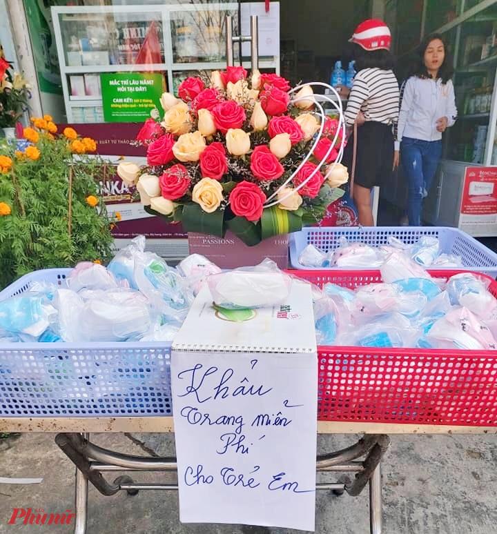 Hiện tại TP. Huế đang phát khẩu trang y tế miễn phí, như: Bệnh viện Trung ương Huế, Nhà thuốc Nhật Quang (250 Hùng Vương), quầy thuốc Nhật Quang (126 Nguyễn Tất Thành), Nhà thuốc Thanh Thanh (160 Nguyễn Sinh Cung)…
