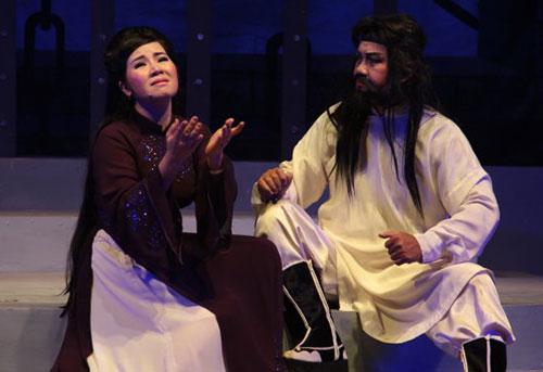 NSƯT Quế Anh (vai Mạc Hà) và nghệ sĩ Chiêu Hùng (vai tổng binh Trần Đại) trong vở Ánh đèn khuya - Ảnh: Nguyễn Lộc