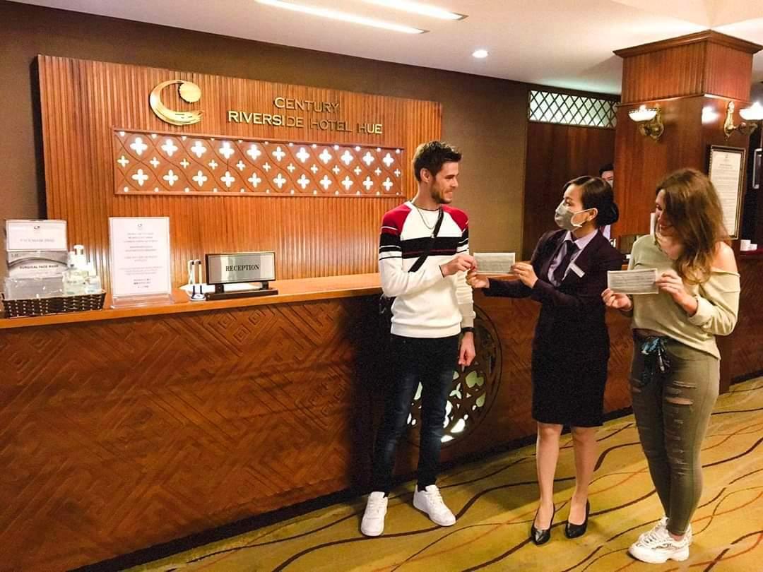 Tặng khẩu trang y tế cho du khách đang lưu trú ở các khách sạn tại TP.Huế