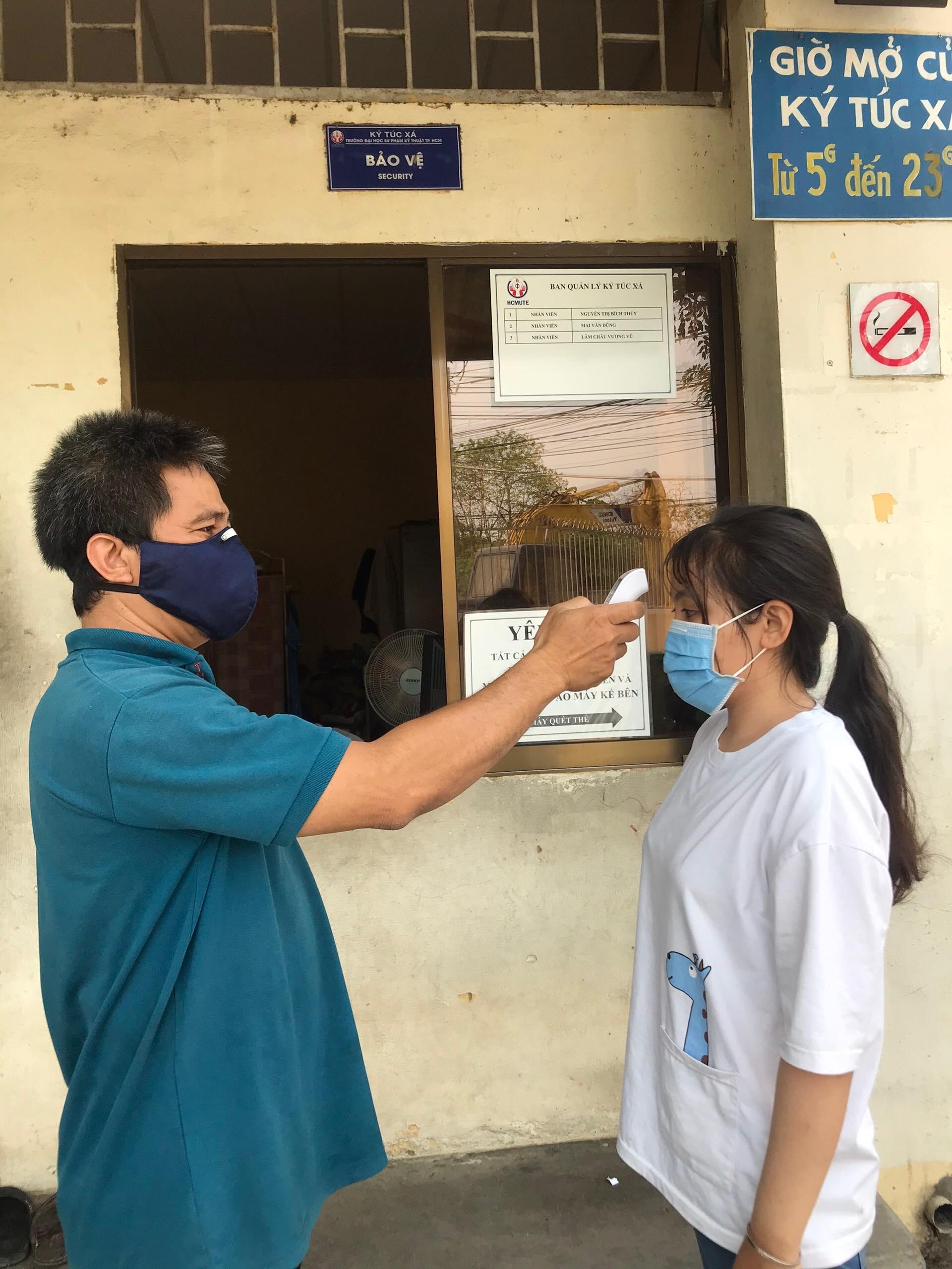 Đo thân nhiệt, đeo khẩu trang, mang nước súc miệng...khi đi học để phòng tránh lây nhiễm bệnh