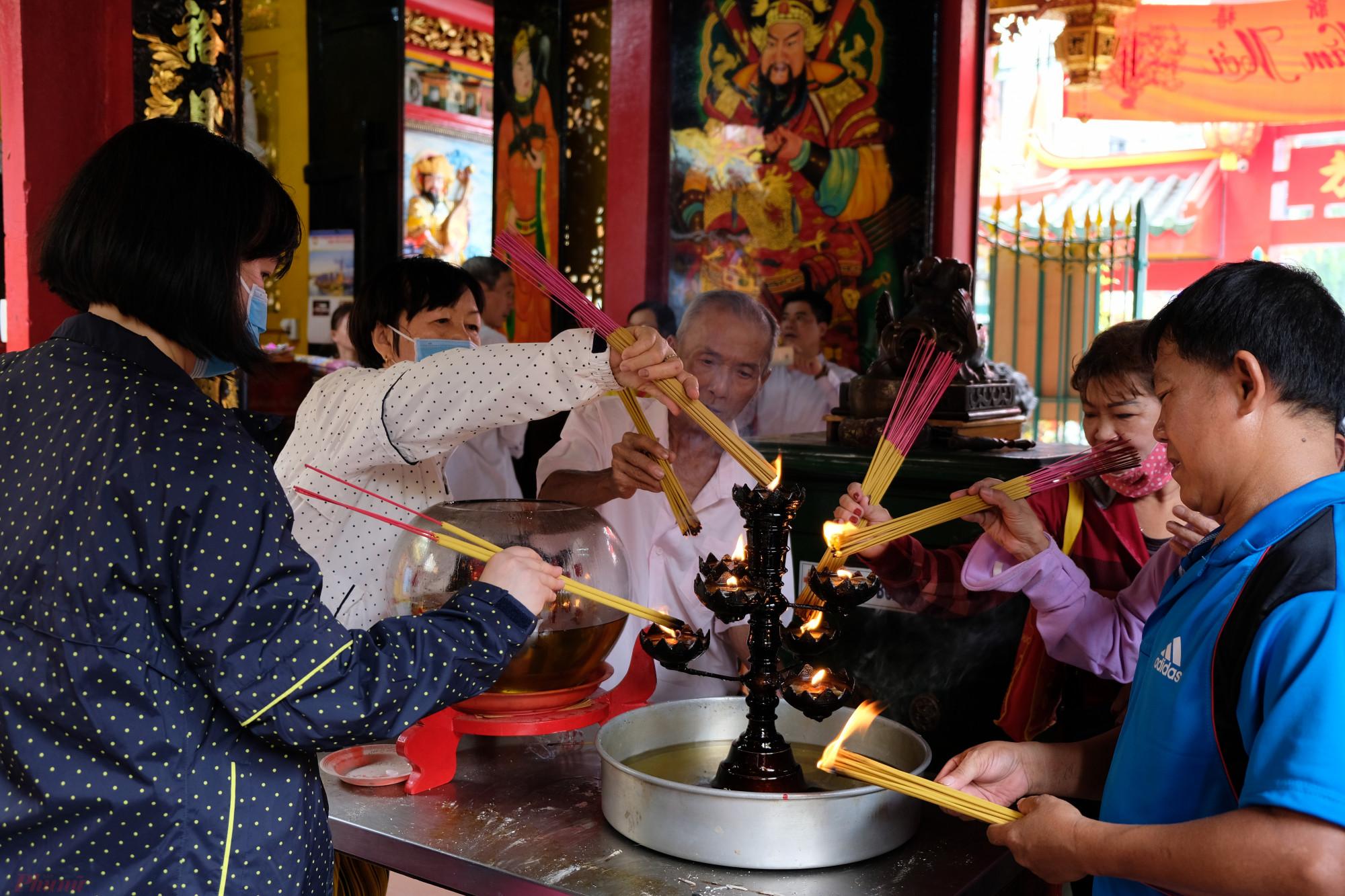 Theo tập tục truyền thống, thắp một nén hay ba nén nhang đã đủ tỏ lòng thành kính với tổ tiên, thần, Phật - Ảnh: Đậu Dung.