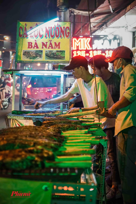 Nhiều tiệm phải thêm thêm 5-6 nhân viên nướng xuyên đêm để đảm bảo đủ số cá giao khách