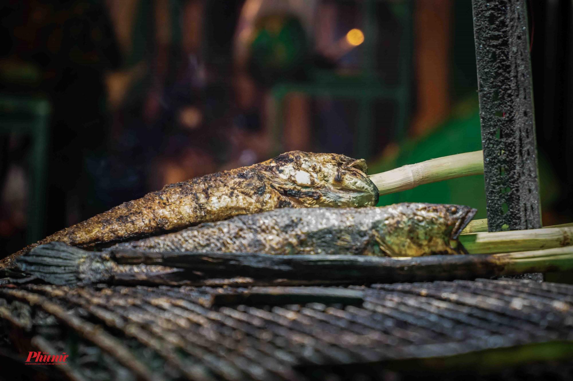 Giá cá lốc từ 100-200.000 bao gồm: Cá, bún, rau rừng, bánh tráng, nước chấm.