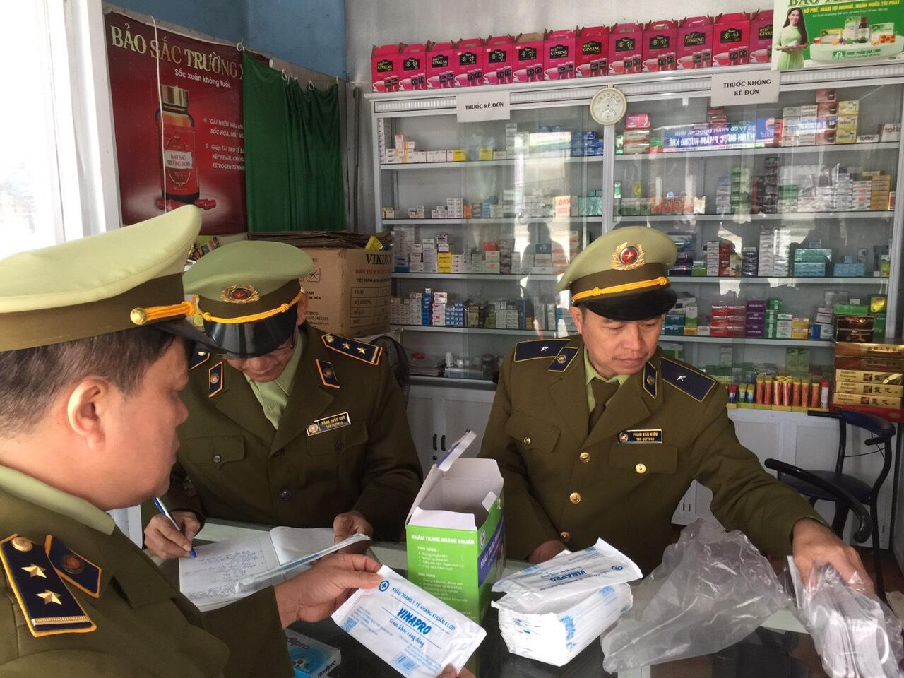 Nhiều cơ sở kinh doanh khẩu trang, nước sát khuẩn bị phạt vì vi phạm niêm yết mức giá bán, xuất xứ hàng hoá không rõ ràng chỉ trong vòng một ngày.
