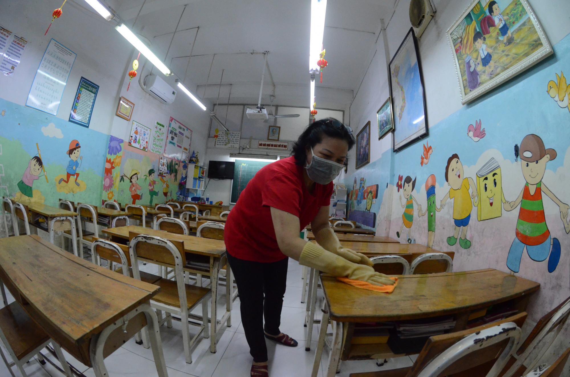 Nhiều trường học đã tiến hành vệ sinh trường lớp chuẩn bị đón học sinh đi học lại
